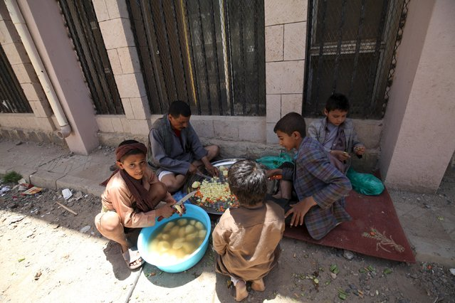 Internally displaced children participate in lunch preparations in a school in Sanaa May 17, 2015. The children were forced to leave their homes in the nearby province of Saada amidst Saudi-led air strikes. (Photo by Mohamed al-Sayaghi/Reuters)