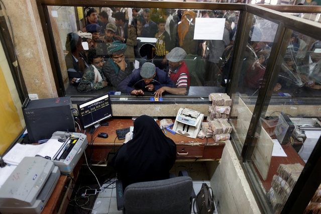 Public sector employees crowd at a post office to receive their salaries in Sanaa, Yemen January 25, 2017. (Photo by Khaled Abdullah/Reuters)