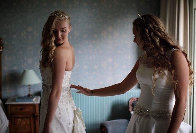 Debutantes Amira Rayner, 19 (L) and Eliza Lewis, 17 (R) prepare at Boughton Monchelsea Place ahead of the Queen Charlotte's Ball on September 9, 2017 in Maidstone, England. (Photo by Jack Taylor/Getty Images)