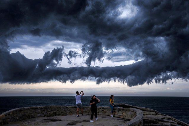 People watch on from Marks Park as a thunderstorm gathers off Bondi Beach on November 13, 2020 in Sydney, Australia. The Bureau of Meteorology issued a number of severe weather alerts for the region today, with a high risk of thunderstorms and hail. (Photo by Brook Mitchell/Getty Images)