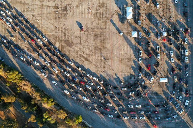 People line up in their vehicles at Dodger Stadium as post-Christmas COVID-19 testing resumes during a surge in positive coronavirus disease cases in Los Angeles, California, December 29, 2020. (Photo by Bing Guan/Reuters)
