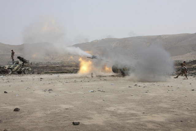 Yemeni army soldiers fire at positions of al Qaeda-linked militants in the southern Yemeni town of Shaqra June 14, 2012. (Photo by Reuters/Yemen's Defence Ministry)