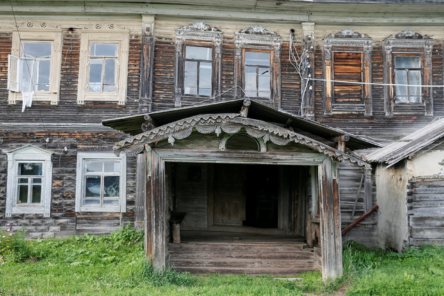 A view of part of a facade of a house in the village of Cherevkovo, Arkhangelsk region, Russia, July 12, 2016. (Photo by Maxim Shemetov/Reuters)