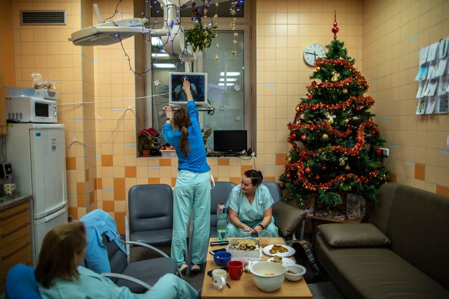 Medical workers wearing protective gear rest at the intensive care unit of the General University Hospital on the Cristmas Eve on December 24, 2020 in Prague, Czech Republic. The Czech Republic has over 10,000 COVID-19 deaths and has reported over 14, 000 new cases for yesterday. (Photo by Gabriel Kuchta/Getty Images)