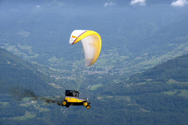 A paraglider competes, on September 22, 2013 in Saint-Hilaire-du-Touvet, southeastern France, during the 40th edition of the Icare cup. (Photo by Jean-Pierre Clatot/AFP Photo)