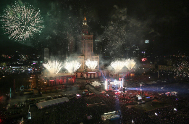 Fireworks show during New Year's Eve celebration in Warsaw, Poland, 01 January 2017. (Photo by Leszek Szymanski/EPA)