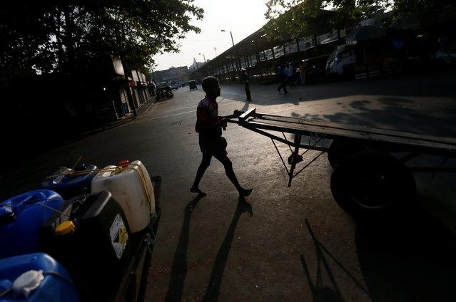A man pushes his cart along a road near a main market in Colombo, Sri Lanka January 18, 2017. (Photo by Dinuka Liyanawatte/Reuters)