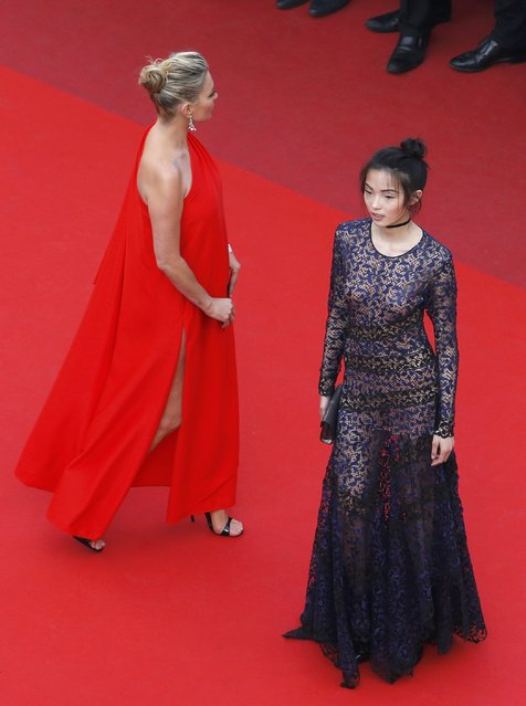 """Models Kate Moss and Xiao Wen Ju pose on the red carpet as they arrive for the screening of film """"Loving"""" in competition at the 69th Cannes Film Festival in Cannes, France, May 16, 2016. (Photo by Yves Herman/Reuters)"""