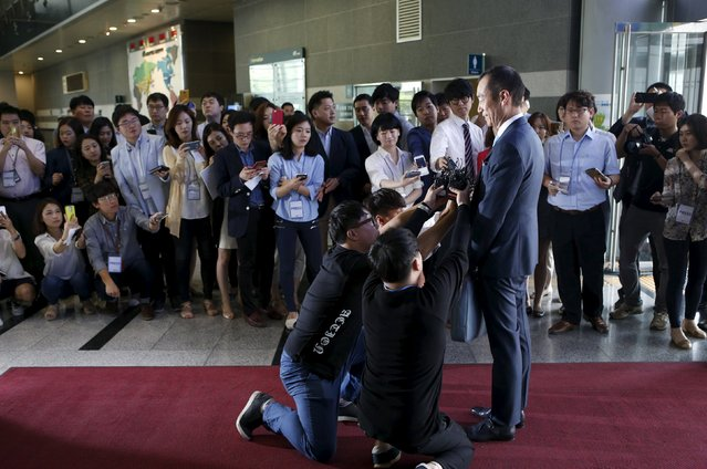 Choi Chi-hun, President and CEO at Samsung C&T Corporation, stands in front of media upon his arrival at a general meeting of stockholders in Seoul, South Korea, July 17, 2015. Win or lose in its bid to derail an $8 billion Samsung Group merger on Friday, U.S. hedge fund Elliott Associates is likely to remain an irritant for the biggest of South Korea's powerful conglomerates. (Photo by Kim Hong-Ji/Reuters)