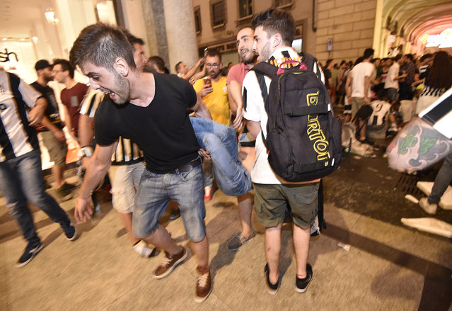 Juventus supporters evacuate Piazza San Carlo after a panic movement in the fanzone where thousands of Juventus fans were watching the UEFA Champions League Final football match between Juventus and Real Madrid on a giant screen, on June 3, 2017 in Turin. (Photo by Giorgio Perottino/Reuters)