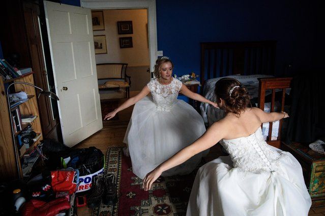 Debutante Olivia Mott, 20, from Charlottesville, Virginia practices her curtsy at Boughton Monchelsea Place ahead of the Queen Charlotte's Ball on September 9, 2017 in Maidstone, England. (Photo by Jack Taylor/Getty Images)