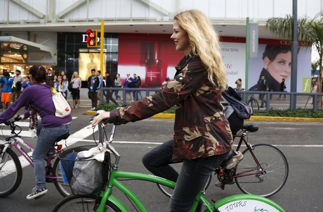 """Spanish singer Christina Rosenvinge, a former member of the """"Christina y Los Subterraneos"""" (""""Christina and the Underground"""") band, participates in a bike ride with bicycle activists in Lima's Miraflores district, Peru September 2, 2015. Rosenvinge is in Lima for a concert and to present her new album called """"Lo Nuestro"""" (""""Ours""""). (Photo by Janine Costa/Reuters)"""