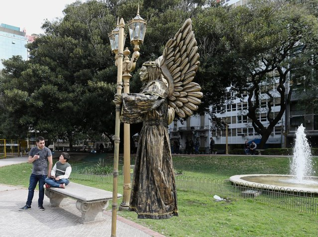 """Hugo Falcon portraying """"El Angel Magico"""" (The Magic Angel) takes part in a human living statues contest in Buenos Aires, Argentina, September 24, 2016. (Photo by Enrique Marcarian/Reuters)"""