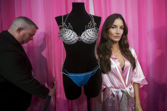 Model Lily Aldridge poses for a photo backstage with the $2 million Fireworks Fantasy Bra before the Victoria's Secret Fashion Show in the Manhattan borough of New York November 10, 2015. (Photo by Carlo Allegri/Reuters)