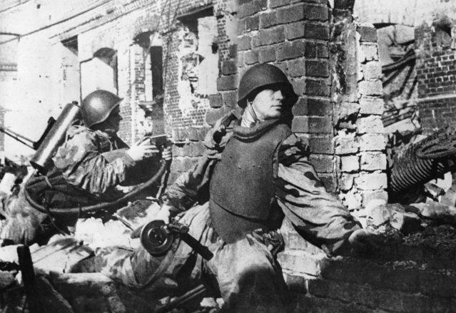 Stalingrad. Street combats, October 1942. Reproduction. (Photo by TASS)