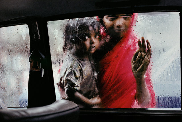 A mother and child at a car window in Mumbai, Maharashtra, India, in 1993. (Photo by Steve McCurry)