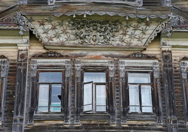 A view of part of a facade of a historic house in the village of Cherevkovo, Arkhangelsk region, Russia, July 12, 2016. (Photo by Maxim Shemetov/Reuters)