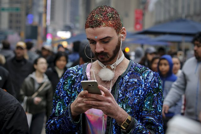 A man checks his phone on 34th Street the day after Christmas in the Manhattan borough of New York December 26, 2015. (Photo by Carlo Allegri/Reuters)