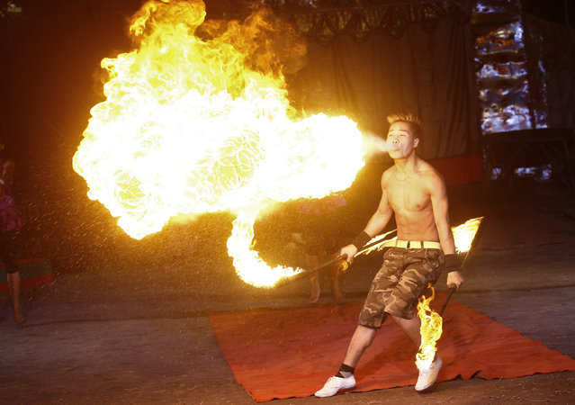 An artist performs a fire stunt during a special preview as part of Christmas celebrations at the Ajanta circus in Kolkata, India, December 17, 2015. (Photo by Rupak De Chowdhuri/Reuters)