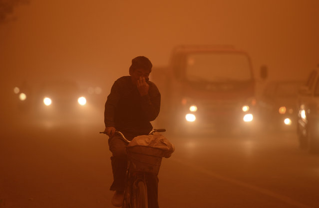 A man rides a bicycle during a dust storm in Kashgar, Xinjiang Uighur Autonomous Region, China April 16, 2013. (Photo by Reuters/Stringer)