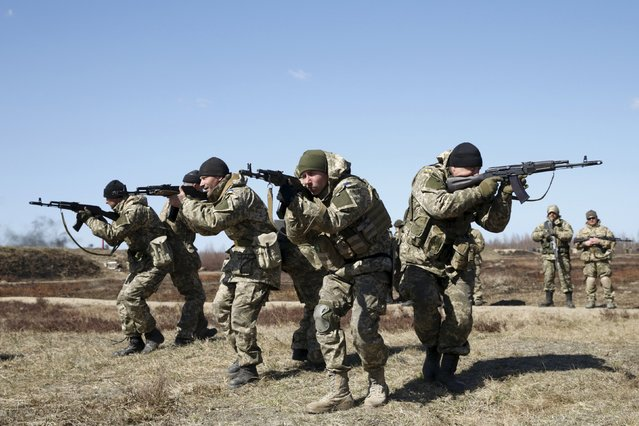 Ukrainian newly mobilized paratroopers take part in tactical exercises during a military drill near Zhytomyr April 9, 2015. (Photo by Valentyn Ogirenko/Reuters)