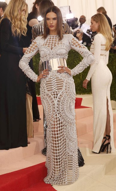 """Model Alessandra Ambrosio arrives at the Metropolitan Museum of Art Costume Institute Gala (Met Gala) to celebrate the opening of """"Manus x Machina: Fashion in an Age of Technology"""" in the Manhattan borough of New York, May 2, 2016. (Photo by Lucas Jackson/Reuters)"""
