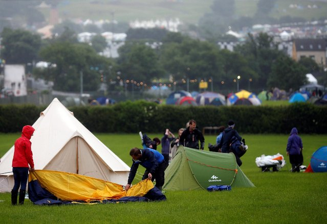Revellers set up their tent after arriving at Worthy Farm in Somerset for the Glastonbury Festival, Britain June 22, 2016. (Photo by Stoyan Nenov/Reuters)