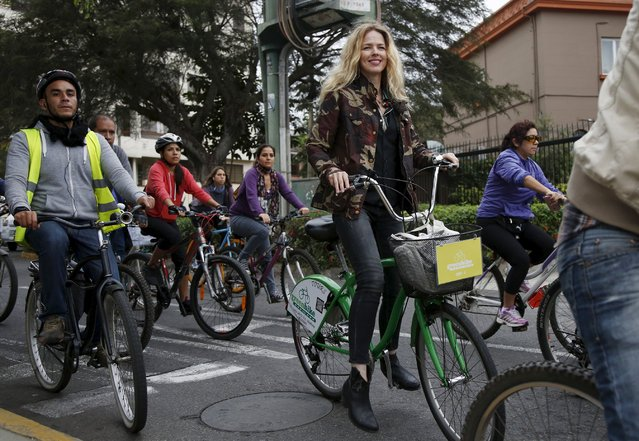 """Spanish singer Christina Rosenvinge, a former member of the """"Christina y Los Subterraneos"""" (""""Christina and the Underground"""") band, participates in a bike ride with bicycle activists in Lima's Miraflores district, Peru September 2, 2015. (Photo by Janine Costa/Reuters)"""