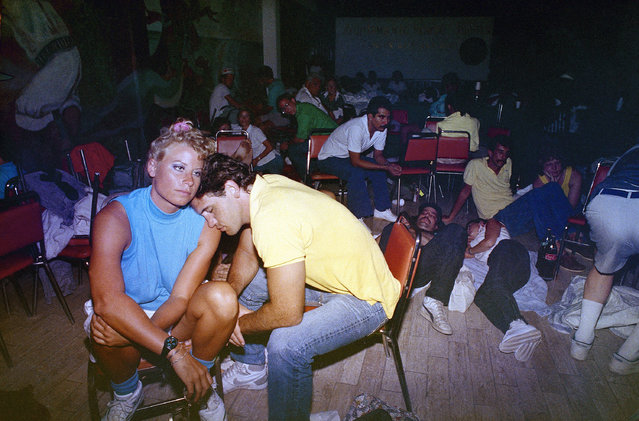 Tourists Gail Graham and David Robison in a storm shelter in Cancun on Wednesday, September 16, 1988 after being evacuated from their beach-side hotel. Hurricane Gilbert stranded thousands as it swept thru the Yucaten peninsula. (Photo by John Hopper/AP Photo)