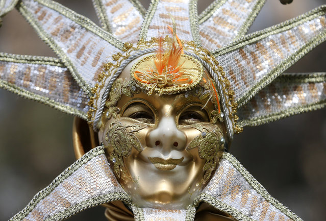 """Maria Eva Posadas portraying """"Sol Naciente"""" (Rising Sun) takes part in a human living statues contest in Buenos Aires, Argentina, September 24, 2016. (Photo by Enrique Marcarian/Reuters)"""