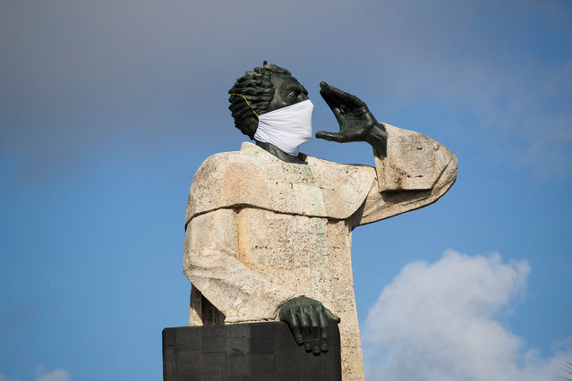 View of the 15-meter-high Fray Antonio de Montesino monument, which is covered with a mask to raise awarenes about the COVID-19 disease pa​ndemic, in Santo Domingo, Dominican Republic, 04 May 2020. (Photo by Orlando Barria/EPA/EFE)