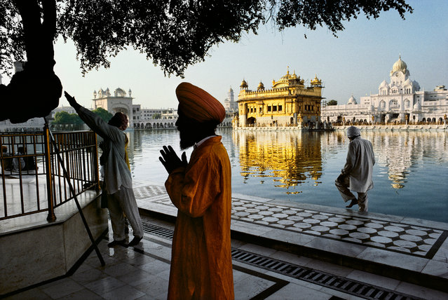 A Sikh devotee prays at the Golden Temple, in Amritsar, Punjab, India, in 1996. (Photo by Steve McCurry)