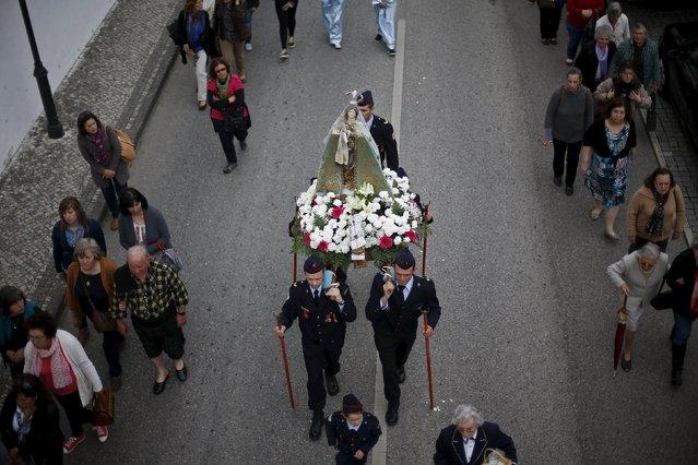 "A statue of ""Nossa Senhora da Boa Viagem"" is carried during her festivity, in Constancia April 6, 2015. (Photo by Rafael Marchante/Reuters)"
