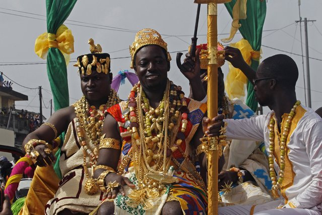 """Kissi Emmanuel (C), elected the """"most handsome man"""" smiles during a parade at the Popo (Mask) Carnival of Bonoua, in the east of Abidjan, April 18, 2015. (Photo by Luc Gnago/Reuters)"""