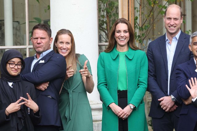 Britain's Prince William, Duke of Cambridge (2R) and Britain's Catherine, Duchess of Cambridge (3R) pose with London Mayor Sadiq Khan (R), naturalist Steve Backshall (2L) and Olympian rower Helen Glover (3L) during their visit to take part in a Generation Earthshot educational initiative comprising of activities designed to generate ideas to repair the planet and spark enthusiasm for the natural world, at Kew Gardens, London on October 13, 2021. (Photo by Ian Vogler/Pool via AFP Photo)