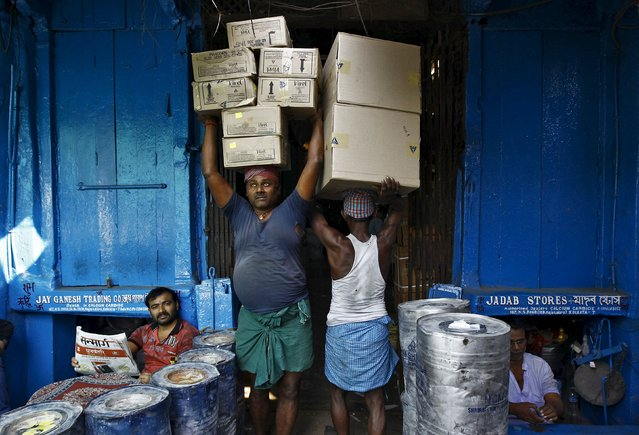 Labourers carry grocery items at a wholesale market in Kolkata in this November 14, 2014 file photo. (Photo by Rupak De Chowdhuri/Reuters)