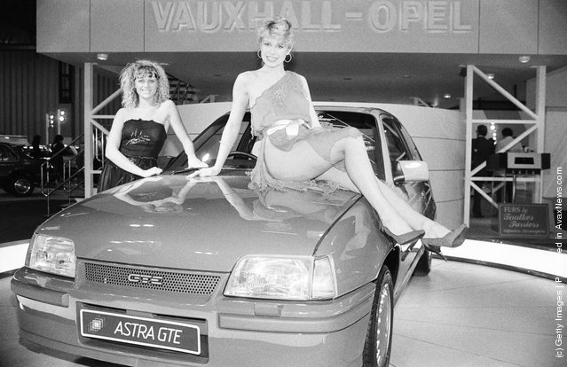 Models add glamour to a motor show, 1984