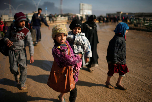 Displaced Iraqis flee their homes as Iraqi forces battle with Islamic State militants, in western Mosul, Iraq March 24, 2017. (Photo by Suhaib Salem/Reuters)