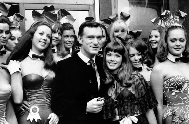 Hugh Hefner, publisher and owner of Playboy Magazine, and his girlfriend Barbara Benton, 19-year-old coed turned actress, are surrounded by Bunny Girls at the Playboy Club in London, on September 5, 1969. (Photo by AP Photo)