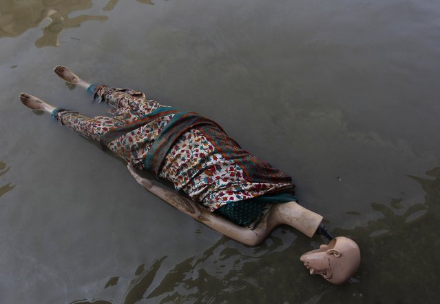 A mannequin floats in the floodwaters along a street in Srinagar September 16, 2014. Both the Indian and Pakistani sides of the disputed Himalayan region have seen extensive flooding this month with Srinagar particularly hard hit. Hundreds of people have been killed and tens of thousands are homeless. (Photo by Danish Ismail/Reuters)