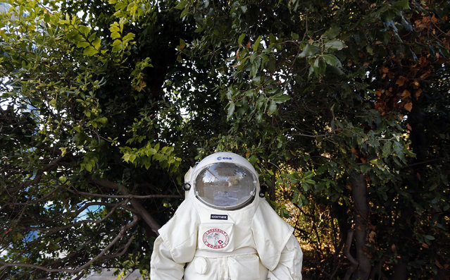 The Gandolfi space suit of Comex is seen before a training session in a swimming pool in Marseille October 22, 2014. (Photo by Jean-Paul Pelissier/Reuters)
