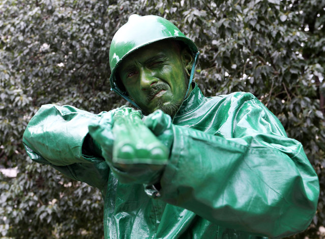 """Agustin Casali portraying """"Soldadito de Juguete"""" (Little toy soldier) takes part in a human living statues contest in Buenos Aires, Argentina, September 24, 2016. (Photo by Enrique Marcarian/Reuters)"""