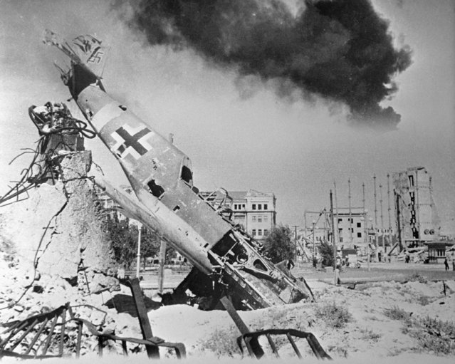 A downed German fighter lies amid the ruins of Stalingrad, 1942. Huge air battles were waged over the city during the course of the siege. (Photo by TASS)