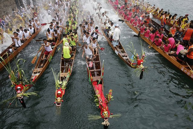 Competitors splash other boats competitors with water as it is the tradition, during Aberdeen Dragon Boat Races on June 12, 2013 in Hong Kong. (Photo by Jessica Hromas/Getty Images)
