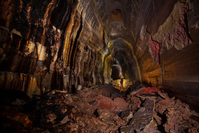 A deep passage of caves hidden hundreds of feet beneath the US reveal a hole new world. The spectacular network of lava tubes display a kaleidoscope of colour stretching 2.4 miles under Washington state. (Photo by Josh Hydeman/Caters News/SIPA Press)