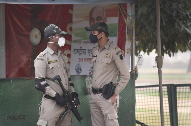 Delhi police commandos wear pollution mask and talk a day after Diwali festival, in New Delhi, India, Thursday, November 8, 2018. Toxic smog shrouds the Indian capital as air quality falls to hazardous levels with tens of thousands of people setting off massive firecrackers to celebrate the major Hindu festival of Diwali on Wednesday night. (Photo by Manish Swarup/AP Photo)