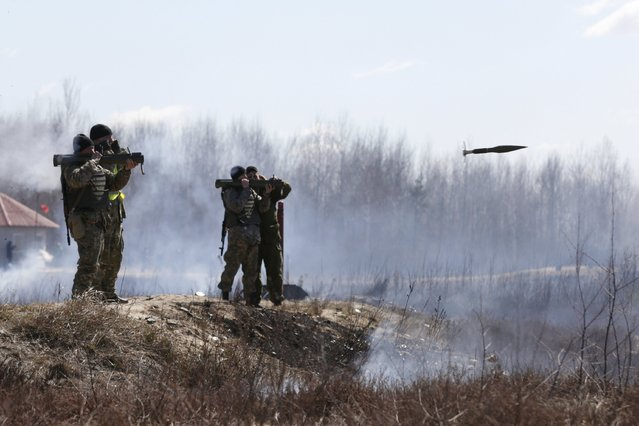 Newly mobilized Ukrainian paratroopers fire anti-tank grenade launchers during a military drill near Zhytomyr April 9, 2015. (Photo by Valentyn Ogirenko/Reuters)