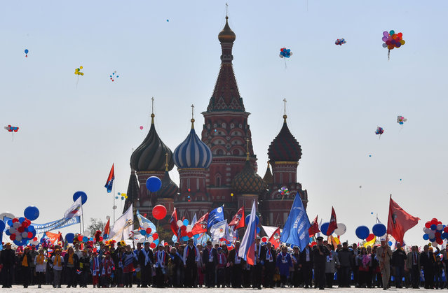 Russian Trade Unions' members holding balloons, flags and artificial flowers line up on Red Square for their May Day demonstration in Moscow on May 1, 2019. (Photo by Yuri Kadobnov/AFP Photo)