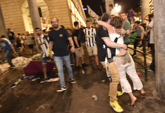 Juventus' supporters evacuate the Piazza San Carlo after a panic movement in the fanzone where thousands of Juventus fans watched the UEFA Champions League Final football match between Juventus and Real Madrid on a giant screen, on June 3, 2017 in Turin. (Photo by Giorgio Perottino/Reuters)
