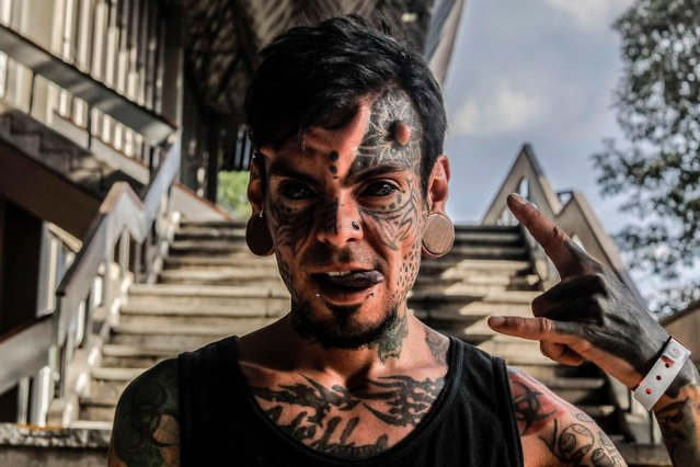 Tattoo enthusiast Carlos Dehakis poses for a photograph during the 8th Expotattoo Colombia Fair in Medellin, Antioquia department, Colombia on July 14, 2017. (Photo by Joaquin Sarmiento/AFP Photo)